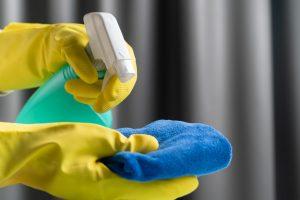 Reinigungsmittel und Tuch